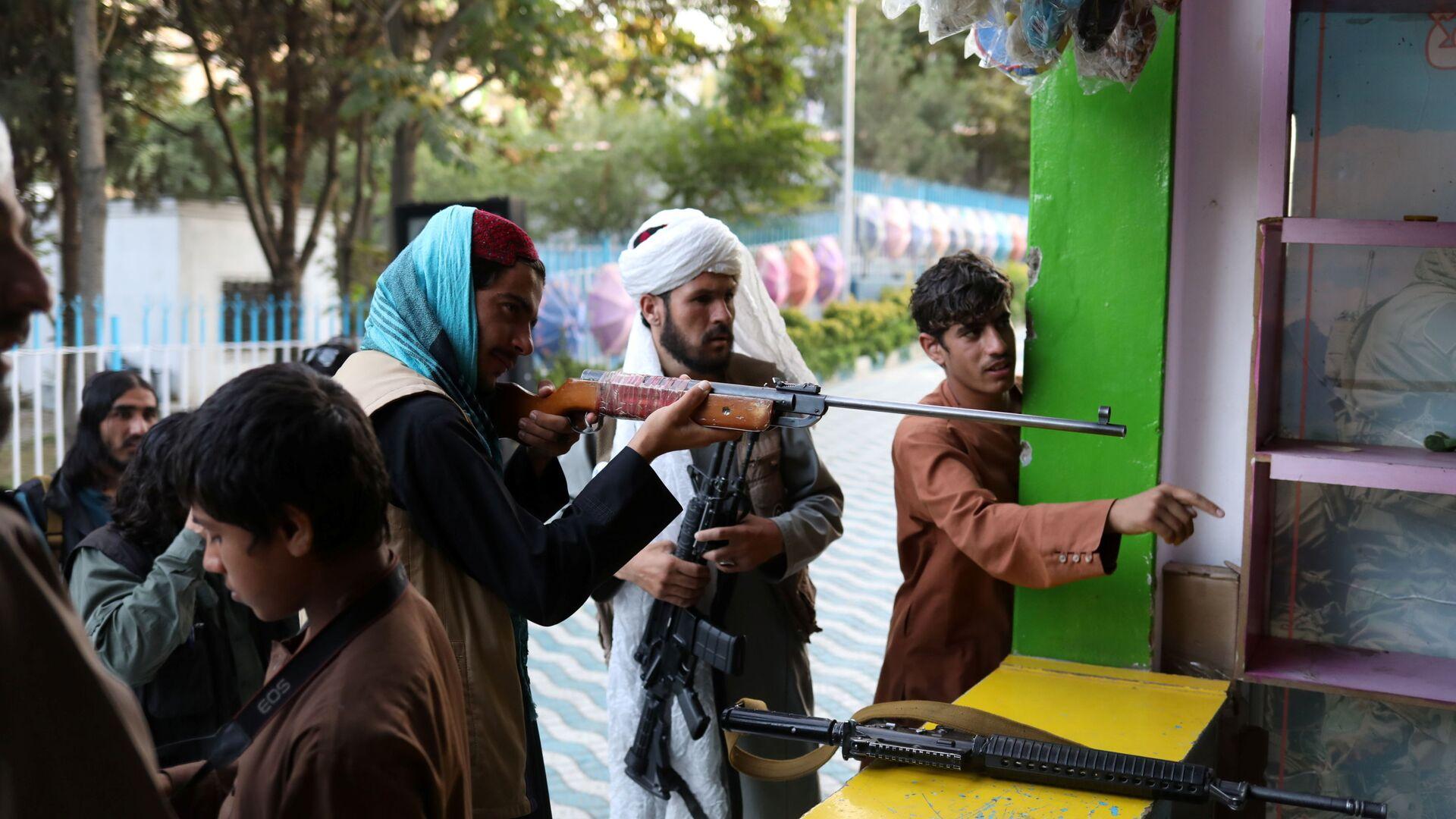 Taliban-Kämpfer in einem Freizeitpark in Kabul - SNA, 1920, 24.09.2021