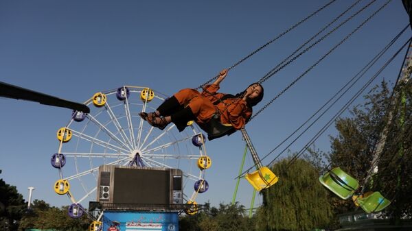 Афганская женщина катается на карусели в парке развлечений в Кабуле - SNA