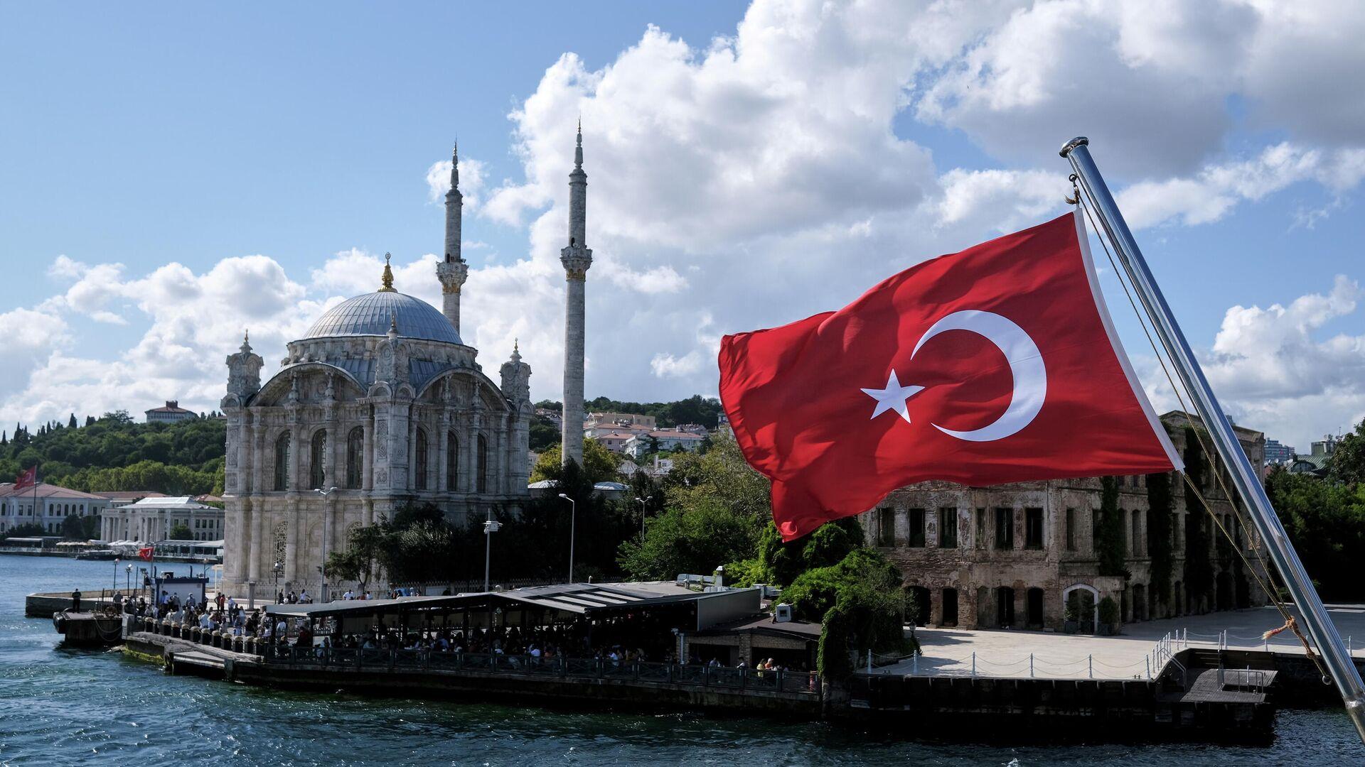 Eine türkische Flagge mit der Ortaköy-Moschee im HIntergrund - SNA, 1920, 06.10.2021