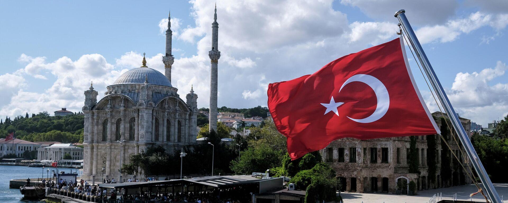 Eine türkische Flagge mit der Ortaköy-Moschee im HIntergrund - SNA, 1920, 14.09.2021