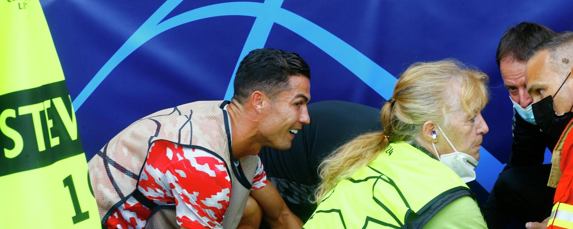 Cristiano Ronaldo trifft beim Einwärmen eine Ordnerin. - SNA, 1920, 15.09.2021