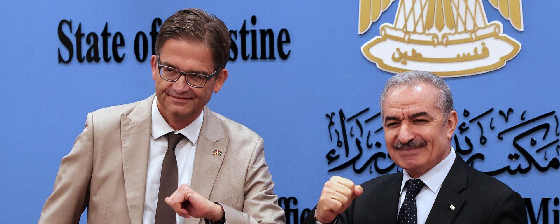 Der Leiter des deutschen Vertretungsbüros in Ramallah, Gesandter Oliver Owcza und der Ministerpräsident Mohammed Schtaje von der Autonomiebehörde in Ramallah im Westjordanland  - SNA, 1920, 15.09.2021