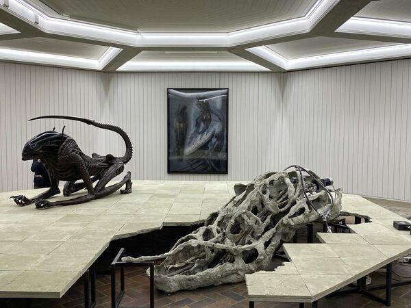 Figuren des Schweizerischen Künstlers HR Giger im Schinkel Pavillon, Berlin. - SNA
