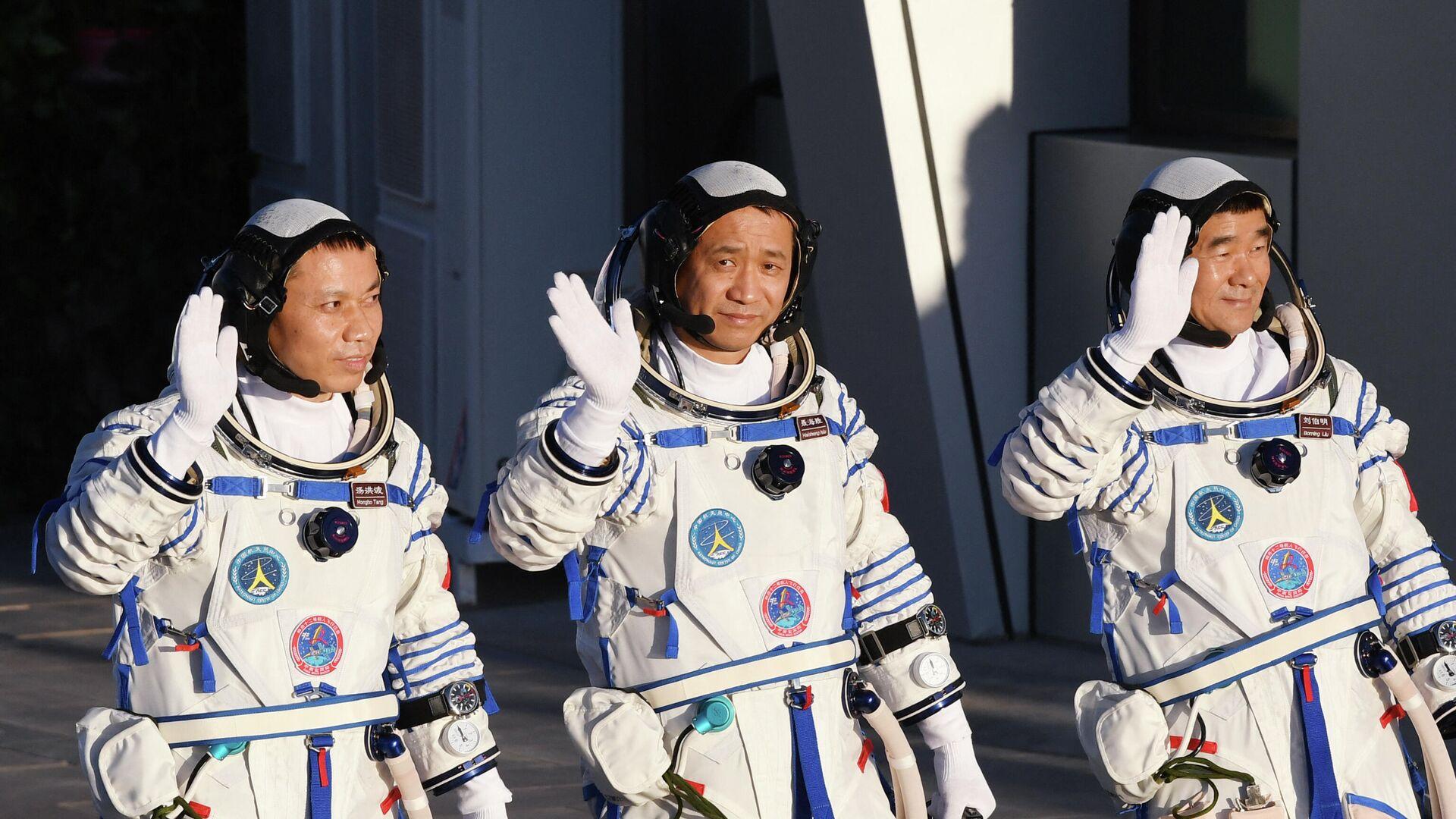 Drei chinesische Raumfahrer nach ihrer Rückkehr auf die Erde, 17.09.21 - SNA, 1920, 17.09.2021