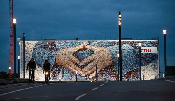 Wahlkampfplakat mit der berühmten Geste von Bundeskanzlerin Angela Merkel in Berlin. - SNA