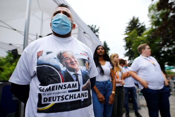 Anhänger des Unions-Kanzlerkandidaten Armin Laschet versammeln sich zu einer Wahlkampfkundgebung im Biergarten in Korschenbroich. - SNA