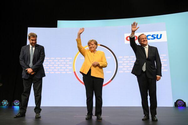 Das sind die drei Spitzenkandidaten: die 40-jährige Bundestagsabgeordnete und Parteivorsitzende der Grünen, Annalena Baerbock; der 60-jährige Ministerpräsident von Nordrhein-Westfalen, Armin Laschet, der seit Januar CDU-Vorsitzender ist; der 63-jährige SPD-Kanzlerkandidat, Vizekanzler und Bundesfinanzminister Olaf Scholz. Angela Merkel tritt zum ersten Mal seit 2005 nicht als Kandidatin zur Wahl an. Sie hatte ihren Rückzug aus der großen Politik bereits im Herbst 2018 nach einigen Landtagswahlen angekündigt, bei denen die CDU hinter den Erwartungen zurückgeblieben war.Foto: CSU-Chef Markus Söder, Bundeskanzlerin Angela Merkel und CDU/CSU-Kanzlerkandidat Armin Laschet. - SNA