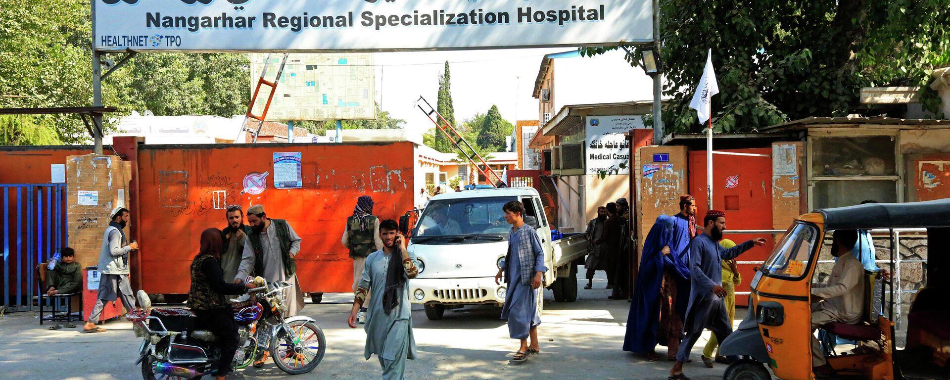 Afghanische Menschen vor dem Nangarhar Regional Specialization Hospital - SNA, 1920, 18.09.2021