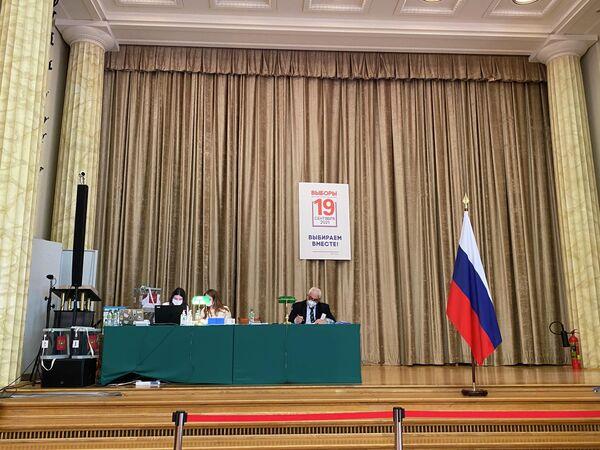 Der russische Botschafter in Deutschland Sergei Netschajew (rechts) beobachtet den Ablauf der Wahl. - SNA