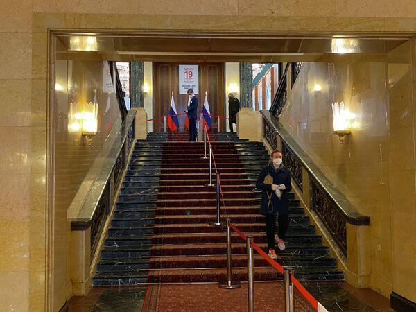 Eine Frau verlässt das Gebäude der Russischen Botschaft in Berlin. - SNA