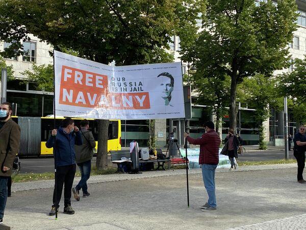Einzelne Protestler fordern vor dem Gebäude der Russischen Botschaft in Berlin, den inhaftierten Kremlkritiker Alexej Nawalny freizulassen. - SNA