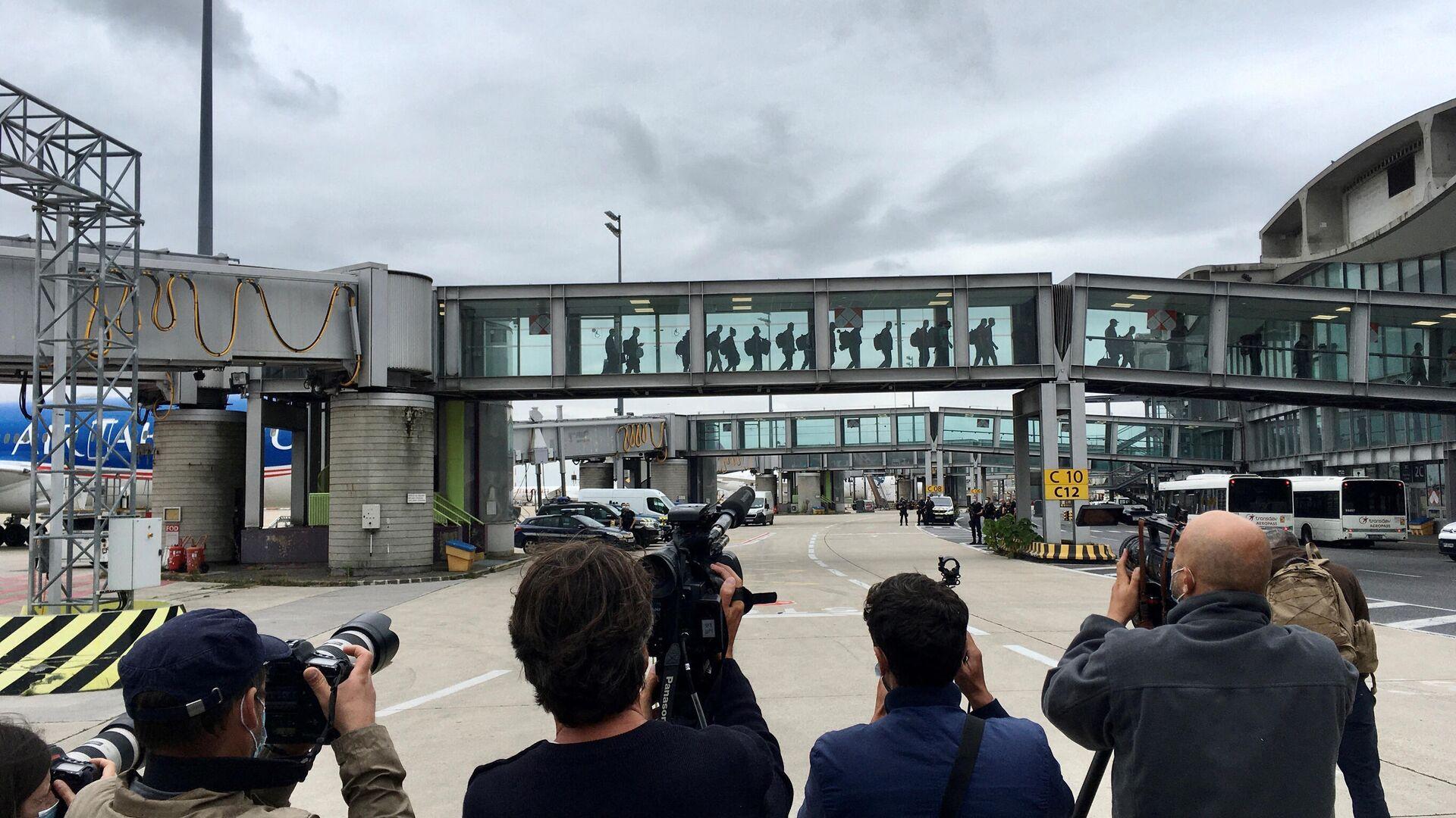 Journalisten fotografieren die Rückkehrer aus Afghanistan am Charles-de-Gaulle Flughafen (Symbolbild) - SNA, 1920, 19.09.2021