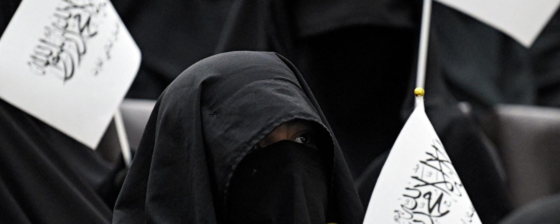 Frauen in Afghanistan mit Taliban-Flaggen  - SNA, 1920, 20.09.2021