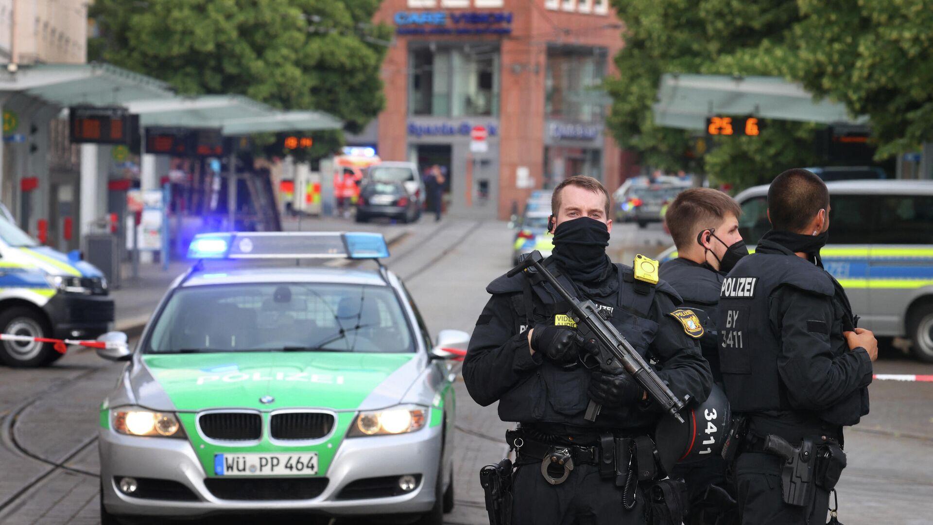 Polizisten sichern am 25. Juni 2021 nach einem tödlichen Messeranschlag die Innenstadt im süddeutschen Würzburg. Archivfoto. - SNA, 1920, 20.09.2021