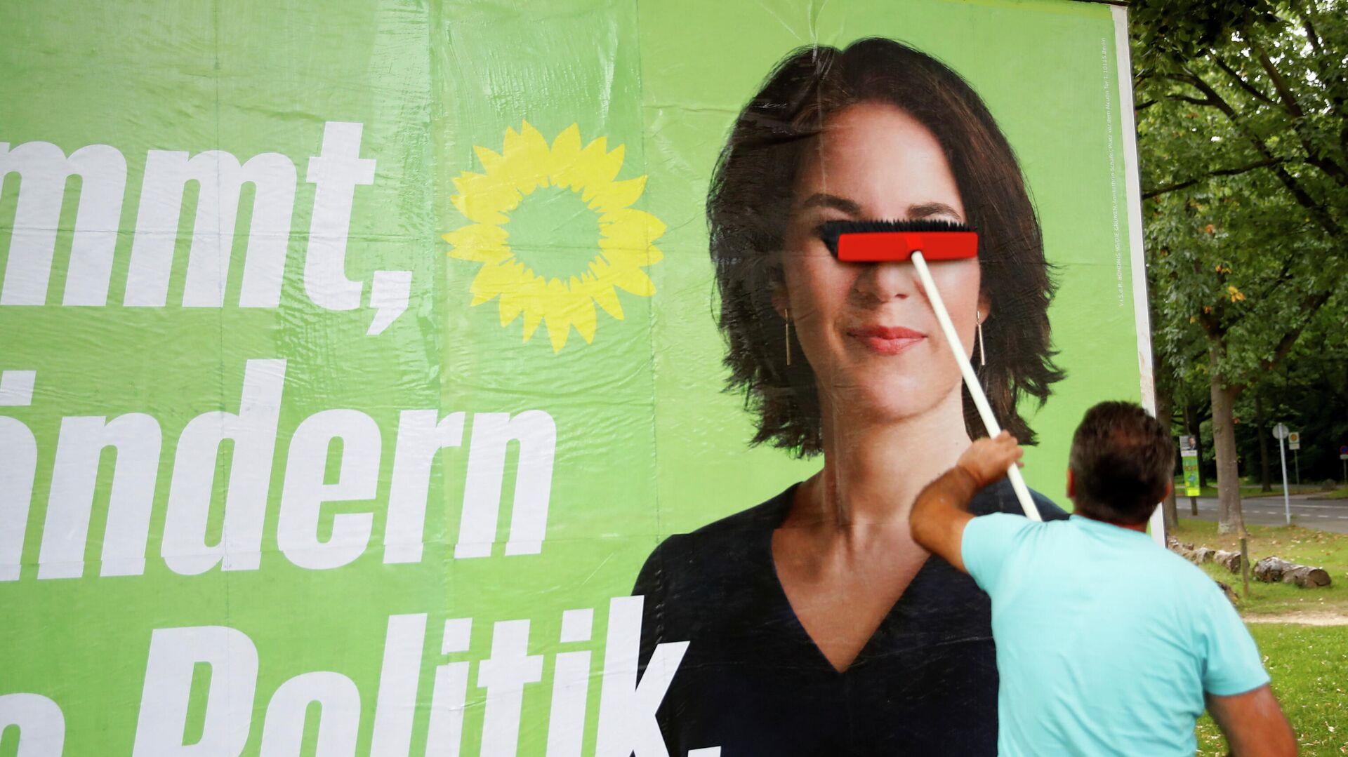 Ein Plakat von Annalena Baerbock, Kanzlerkandidatin der Grünen, wird für die Bundestagswahl in Bonn, 20. September 2021, auf einem Brett platziert.  - SNA, 1920, 21.09.2021