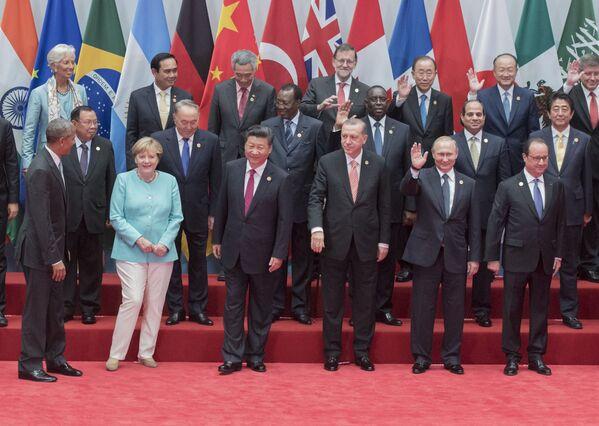 In ihrem politischen Leben stieß Merkel immer wieder auf große Herausforderungen – Weltfinanzkrise (2008), Migrationskrise (2015) und Covid-19-Pandemie (2020). Die Migrationskrise wurde zum Wendepunkt in ihrer politischen Karriere. Mit der Grenzöffnung für Flüchtlinge provozierte Merkel eine Spaltung in Politik und Gesellschaft. Laut einerARD-Umfrage sank das Vertrauen der Deutschen inMerkel zwischen April und Oktober 2015 von 75 auf 54 Prozent.Foto: Bundeskanzlerin Angela Merkel mit Teilnehmern des G20-Gipfels in Hángzhōu, 2016. - SNA
