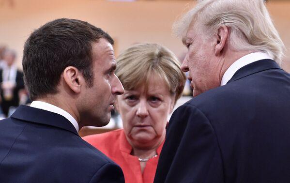 Zu den bekanntesten Reformen in Merkels Ära gehören die Abschaffungder Wehrpflicht (Umbau zur Berufsarmee und Abbau der Armee), Atomausstieg (etappenweise bis 2022) und das Gesetz über gleichgeschlechtliche Ehen.Foto: Bundeskanzlerin Angela Merkel, US-Präsident Donald Trump und Frankreichs Präsident Emmanuel Macron während des G20-Gipfels in Hamburg, 2017. - SNA