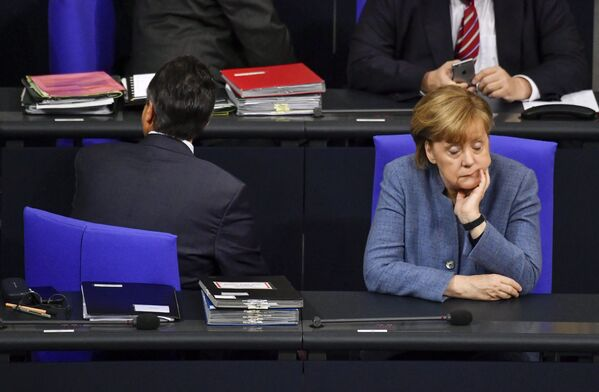 """Merkel hatte nie Probleme mit ihrer Wiederwahl – auf die Zustimmung der Deutschen konnte sie stets zählen. Während der Wahldebatten 2013 wandte sich Merkel an die Wähler mit den Worten: """"Sie kennen mich!"""" Und sie kannten sie tatsächlich – Frau Bundeskanzlerin war voraussagbar und verlässlich, was den deutschen Wählern ausgesprochen behagte.Foto: Angela Merkel im Bundestag, 2017. - SNA"""