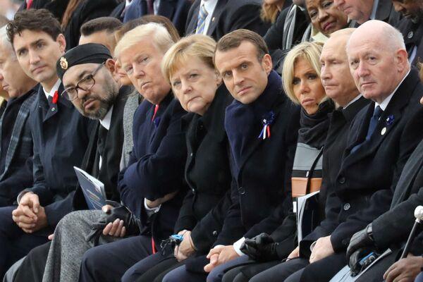 In Merkels erster Amtszeit schrieb der Bundeshaushalt erstmals nach der Wiedervereinigung wieder schwarze Zahlen, die Arbeitslosigkeit ging zurück. Doch bereits 2008 musste Merkel eine Finanzkrise bewältigen und nicht nur Deutschland, sondern auch Europa retten.Foto: Angela Merkel mit Staats- und Regierungschefs anderer Länder auf einer Zeremonie zum 100. Jahrestag des Endes des Ersten Weltkriegs in Paris, 2018. - SNA