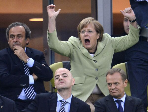 """Angela Merkel wurde am 17. Juli 1954 in Hamburg geboren. Doch sie verbrachte ihre Kindheit in der DDR, wohin ihr Vater, evangelischer Pfarrer mit polnischen Wurzeln, kurz nach der Geburt der Tochter versetzt wurde. Nach dem Abschluss ihres Physikstudiums an der Karl-Marx-Universität (heute: """"Universität Leipzig"""") bekam sie eine Stelle am Zentralinstitut für Physikalische Chemie (ZIPC) der Akademie der Wissenschaften der DDR.Foto: Angela Merkel während der Fußball-EM 2012 in Gdansk. - SNA"""