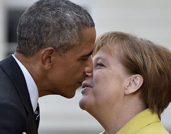 Nach der ersten Amtszeit folgten drei weitere mit Merkel als Kanzlerin: die schwarz-gelbe Koalition (Union und FDP) und zwei große Koalitionen (Union und SPD).Foto: Bundeskanzlerin Angela Merkel und US-Präsident Barack Obama während eines Treffens in Hannover, 2016. - SNA