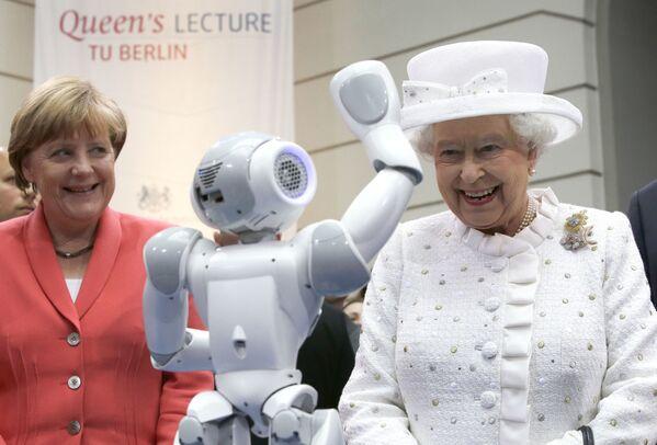 Merkel gewann ein Bundestagsmandat bei der ersten gesamtdeutschen Wahl im Dezember 1990. Wahlsieger Helmut Kohl holte Merkel in sein Kabinett und berief sie zur Bundesministerin für Frauen und Jugend.Foto: Bundeskanzlerin Angela Merkel und Queen Elizabeth II. während eines Besuchs der TU Berlin, 2015. - SNA
