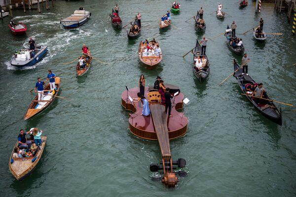 """Auf dem Canale Grande in Venedig wurde auf einer riesigen schwimmenden Geige des venezianischen Bildhauers Livio De Marchi - """"Noahs Violine"""" - ein Konzert zum Gedenken an die Opfer des Coronavirus gegeben. - SNA"""