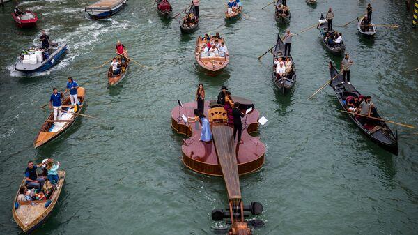 Гигантская парящая скрипка венецианского скульптора Ливио Де Марчи «Скрипка Ноя» на Гранд-канале в Венеции, Италия - SNA