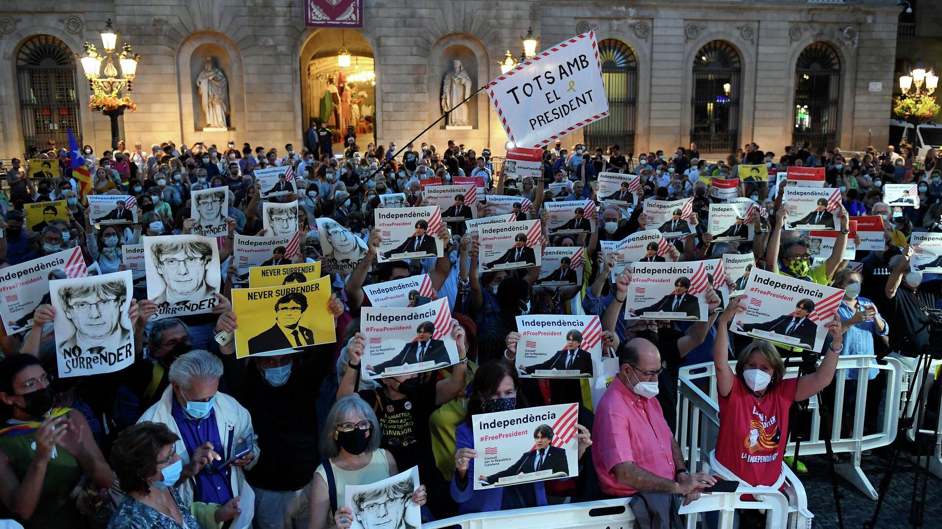 Menschen protestieren gegen die Festnahme von Kataloniens Ex-Regierungschef Carles Puigdemont in Italien. Barcelona, 24. September 2021 - SNA, 1920, 24.09.2021