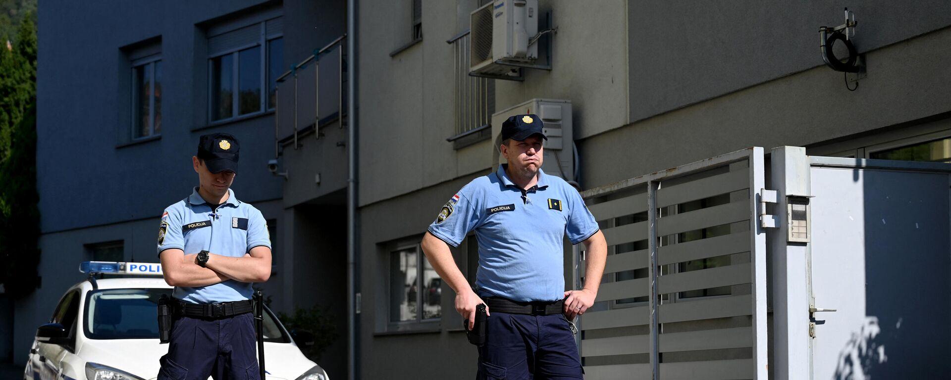 Polizisten stehen vor dem Haus in Zagreb, wo ein Österreicher seine drei Kinder getötet haben soll - SNA, 1920, 25.09.2021