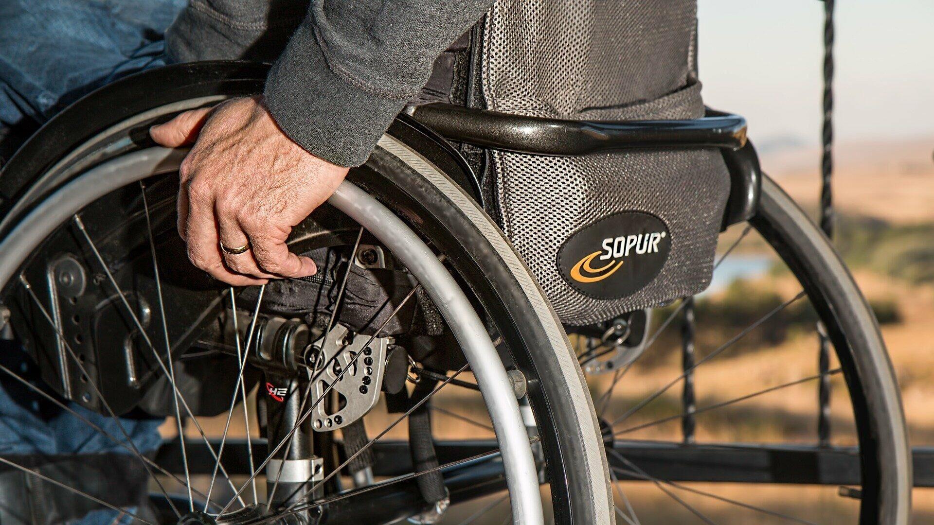 Rollstuhlfahrer (Symbolbild) - SNA, 1920, 25.09.2021