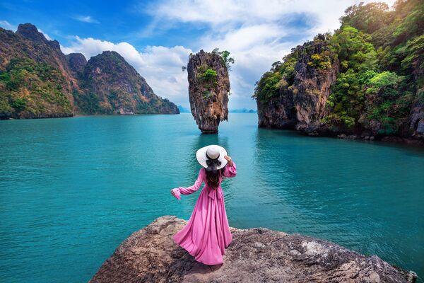 """Ein Fels in der Andaman-See (Thailand), in dessen Umgebung der Film """"James Bond 007 – Der Mann mit dem goldenen Colt"""" gedreht wurde und der anschließend vom Volksmund James-Bond-Insel genannt wurde. - SNA"""