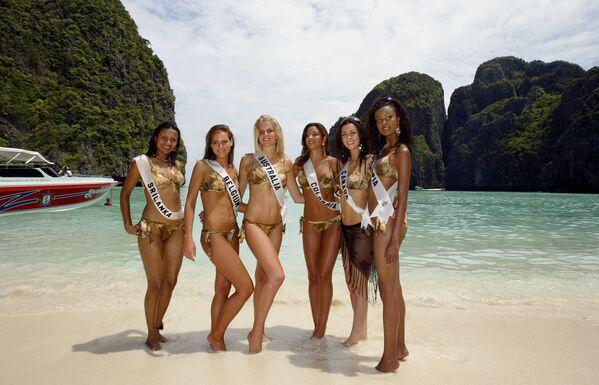 """Teilnehmerinnen des Schönheitswettbewerbs """"Miss Universe"""" auf der thailändischen Insel Ko Phi Phi Leh, wo der Film """"The Beach"""" (2005) gedreht wurde. - SNA"""