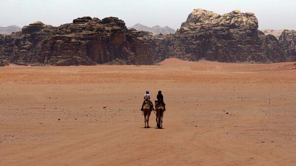 Туристы в южной иорданской пустыне Вади-Рам - SNA