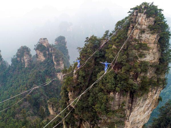 """Teilnehmer eines Wettbewerbs im Gebirge Huangshizhai in der chinesischen Provinz Hunan, wo der Film """"Avatar – Aufbruch nach Pandora"""" (2018) gedreht wurde. - SNA"""