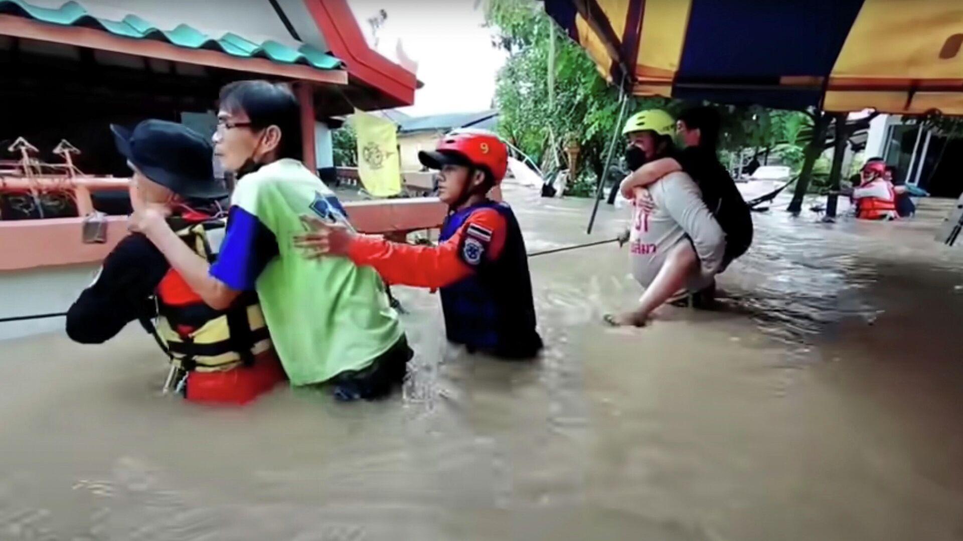 Rettungskräfte  in der thailändischen Provinz  Chaiyaphum bringen gefährdete Menschen in Sicherheit - SNA, 1920, 30.09.2021