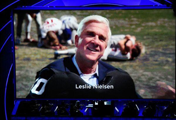 """Der US-amerikanische Schauspieler Leslie Nielsen (1926-2010) spielte bis Mitte 50 solide, phlegmatische Männer. Erst dann wurde er Komiker und spielte nicht besonders kluge Playboys im Rentenalter. Wahrer Ruhm ereilte ihn, als die Komödie """"Die unglaubliche Reise in einem verrückten Flugzeug""""(1980) von Jim Abrahams und David Zucker in die Kinos kam. - SNA"""