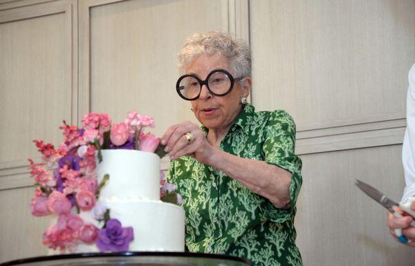 Als die New Yorkerin Sylvia Weinstock 52 Jahre alt war, beschloss sie, ihren Job als Kindergärtnerin zu kündigen und sich ihrer Lieblingsbeschäftigung zu widmen, und zwar Torten backen. Inzwischen ist sie eine der bekanntesten und bestbezahlten Konditorinnen der Welt. Ihre Torten vernaschen Promis aus aller Welt. - SNA