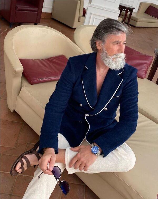 """Der Pariser Philippe Dumas ist ausgebildeter Jurist, diesem Beruf aber nie nachgegangen. Allerdings legte er eine große Karriere im Werbe- und Filmgeschäft hin. 2015 wurde er im Alter von 60 Jahren Model und bald darauf zu einem der """"sexiest Men"""" in der Welt gekürt. - SNA"""