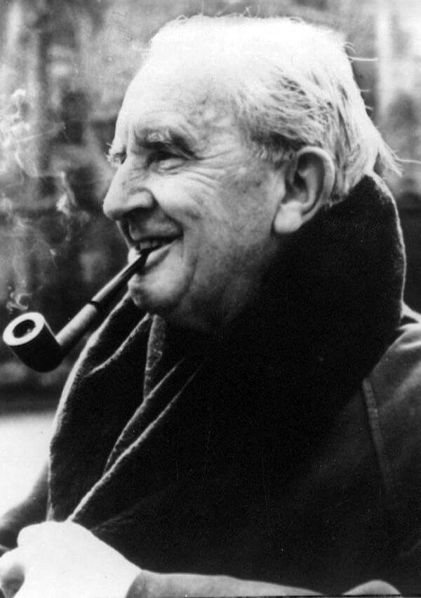 """Der britische Autor John Ronald Reuel Tolkien wurde im Alter von 62 Jahren weltbekannt, als sein Buch """"Der Herr der Ringe"""" erschien. 2008 wurde er von der """"Times"""" unter den """"50 größten britischen Schriftstellern seit 1945"""" auf den sechsten Platz gestellt. Im """"Forbes""""-Magazin rangierte er ein Jahr später auf dem fünften Platz unter allen Promis, die mit den größten Einkommen gestorben waren. - SNA"""