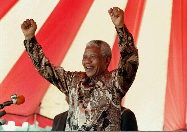 Der Südafrikaner Nelson Mandela (1918-2013) wurde erst mit 76 Jahren Präsident seines Landes. Davor hatte er ganze 27 Jahre hinter Gittern verbracht. Mandela betonte häufig, er sei ein gewöhnlicher Mensch gewesen, der dank ganz besonderen Umständen Führungseigenschaften entwickelt habe. - SNA