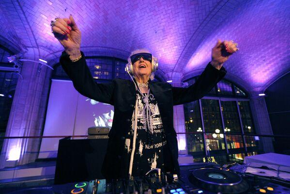 Die bescheidene Musiklehrerin Ruth Flowers aus Großbritannien verlor nach einer 40-jährigen Ehe ihren Mann und beschloss, ihr Leben radikal zu verändern. Auf diese Idee kam sie dank ihrem Enkel, der seine Oma zu einer Geburtstagsparty in einem Nachtlokal eingeladen hatte. Mit 70 nahm Ruht ihre erste Single auf und wurde als DJ Mamy Rock weltbekannt. Ruth starb im Alter von 82 Jahren – als eine wahre Legende. Ihr Leben wurde zu einem faszinierenden Beispiel für enorme Willens- und Lebenskraft. - SNA
