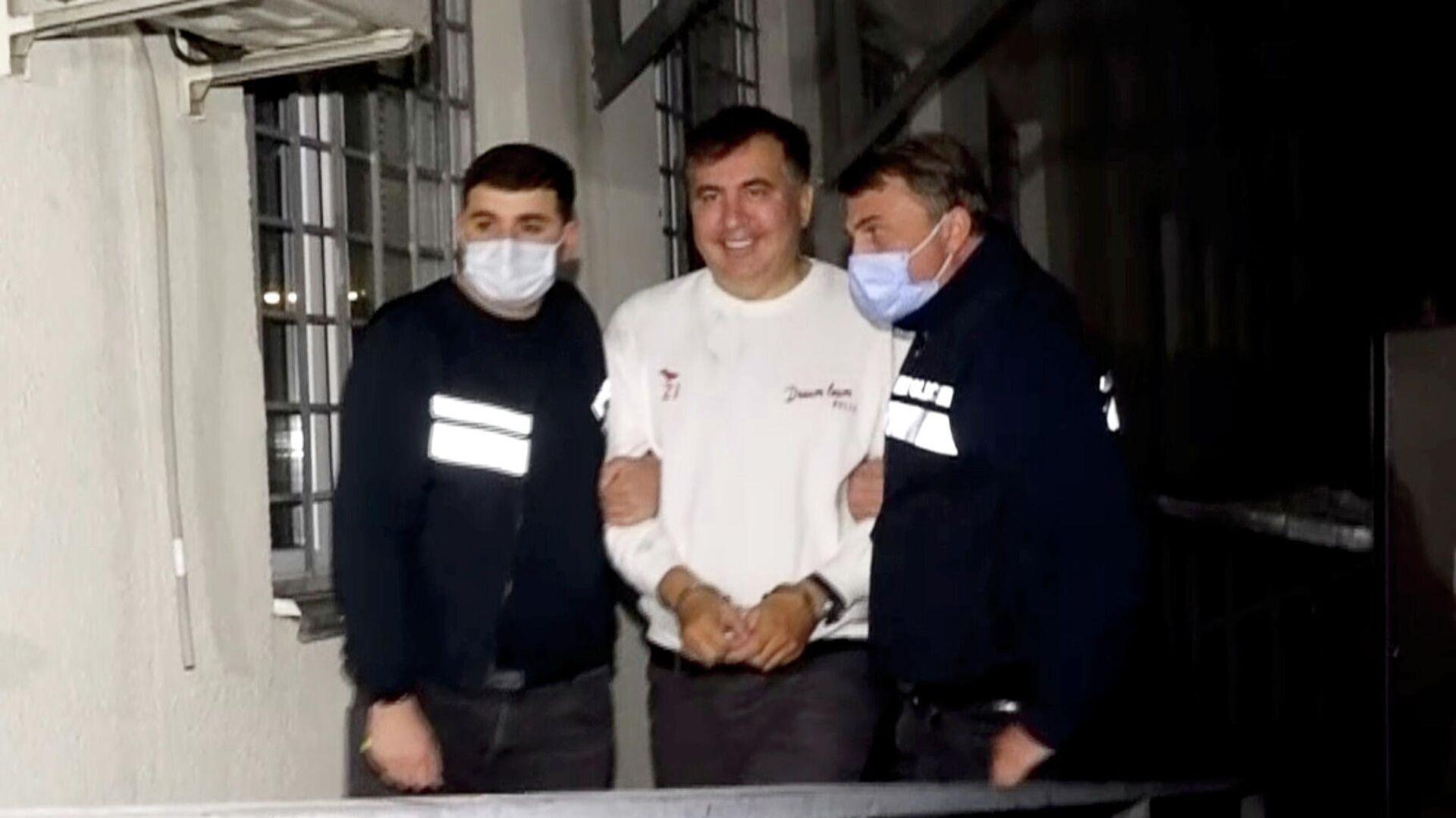 Georgiens ehemaliger Präsident Saakaschwili wird von Polizisten begleitet - SNA, 1920, 02.10.2021