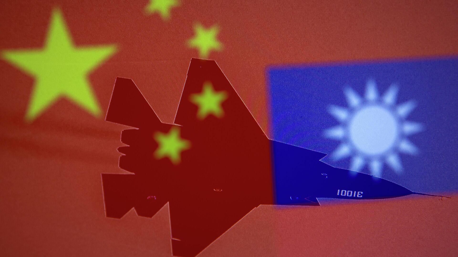 Eine chinesische und eine taiwanesische Flagge mit einem MIlitärflugzeug im Hintergrund - SNA, 1920, 02.10.2021