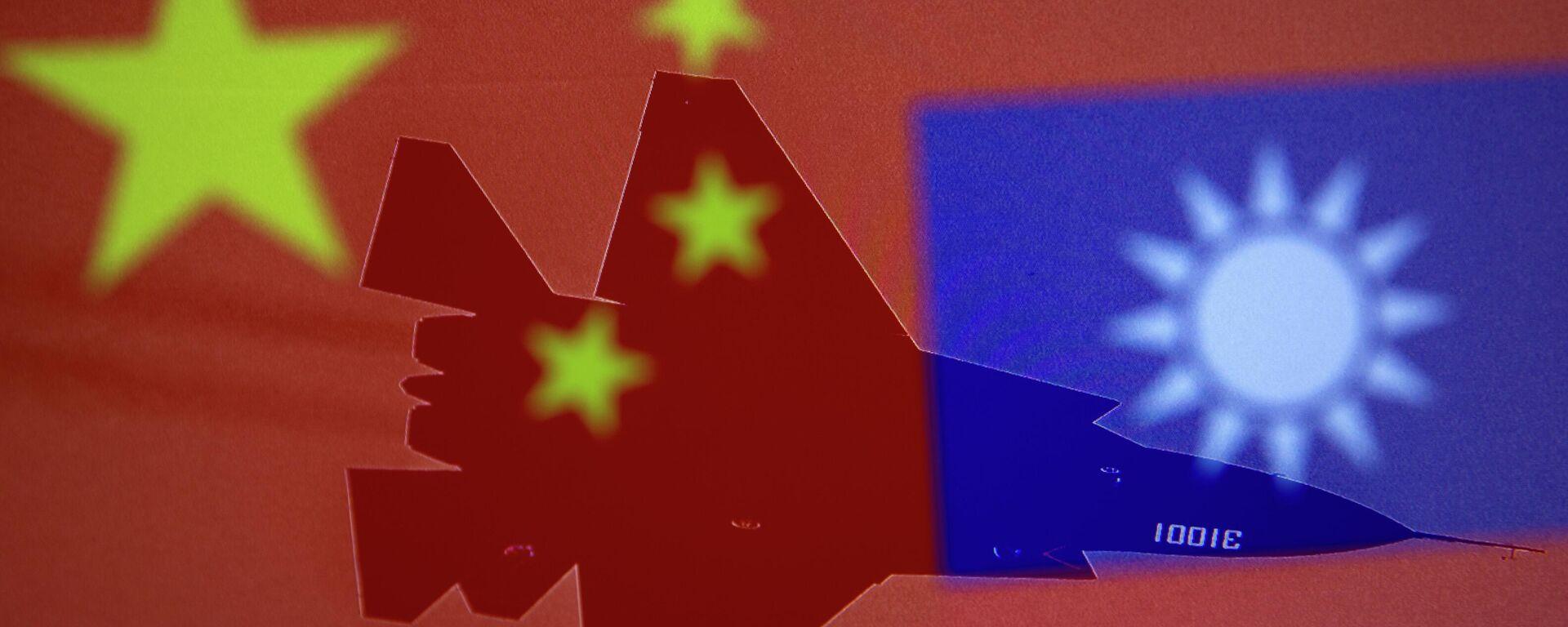 Eine chinesische und eine taiwanesische Flagge mit einem MIlitärflugzeug im Hintergrund - SNA, 1920, 05.10.2021