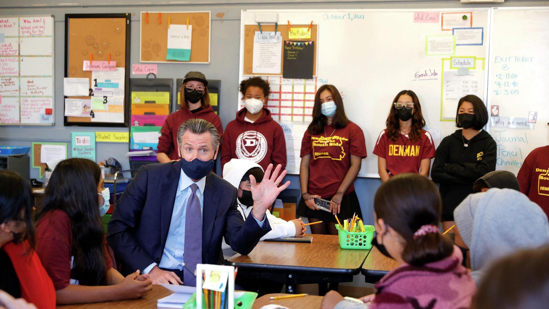 Kaliforniens Gouverneur Gavin NEwsom tritt in einer Schule auf - SNA, 1920, 02.10.2021