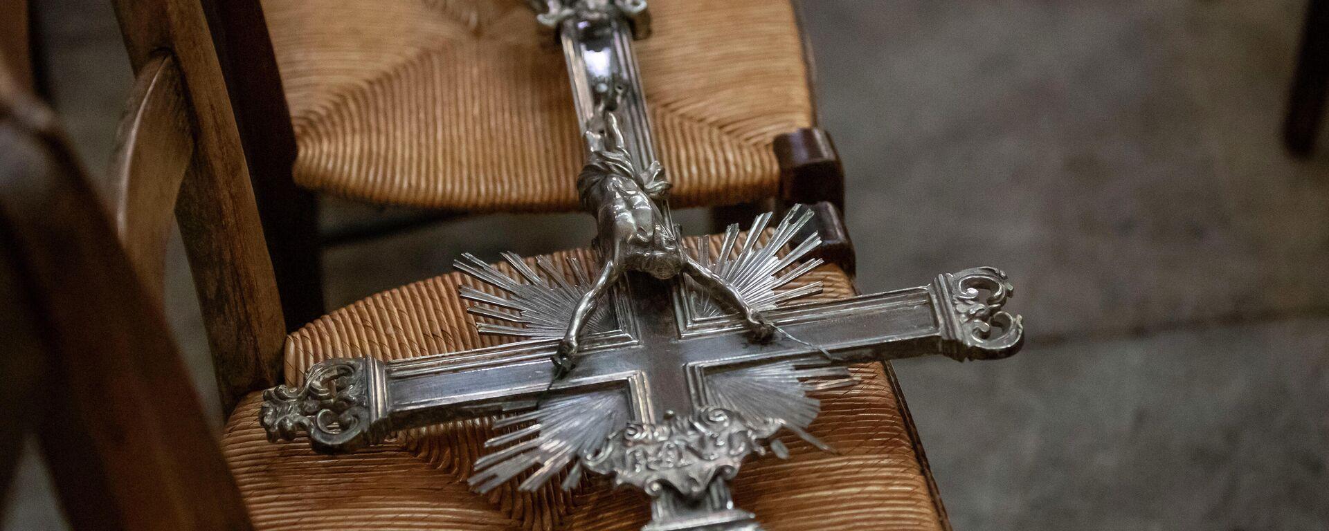 Ein Prozessionskreuz liegt auf einem Stuhl in der Kirche Saint Clotilde in Paris  - SNA, 1920, 12.10.2021