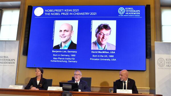 Фотографии лауреатов Нобелевской премии по химии во время объявления имен в Швеции  - SNA