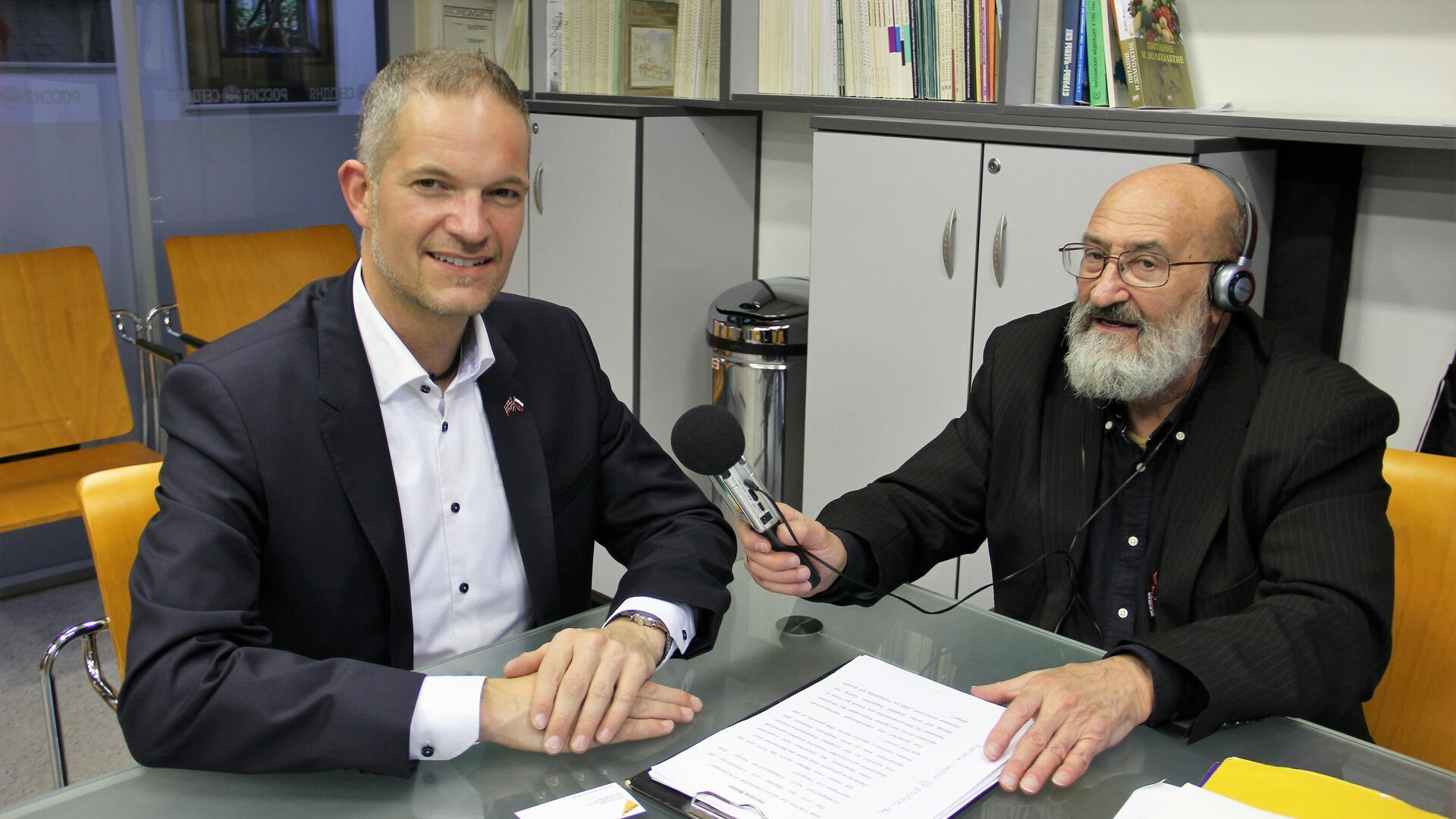 Hendrik Weber (l.) im Gespräch mit dem SNA-Korrespondenten Nikolaj Jolkin - SNA, 1920, 06.10.2021