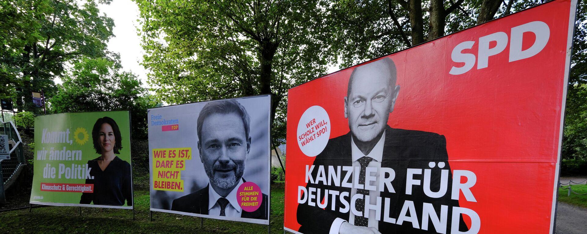 Wahlplakate von Olaf Scholz (SPD), Christian Lindner (FDP) und Annalena Baerbock (Grüne) am 1. Oktober in einem Park von Bad Honnef südlich von Bonn. - SNA, 1920, 07.10.2021